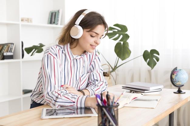 Nghe và chép lại phụ đề là một cách khá hiệu quả để luyện Nghe tiếng Anh