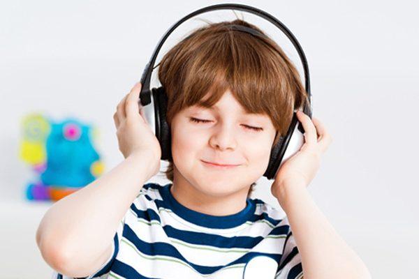 Hình thức nghe trong vô thức tạo cho trẻ thói quen nghe tiếng Anh.